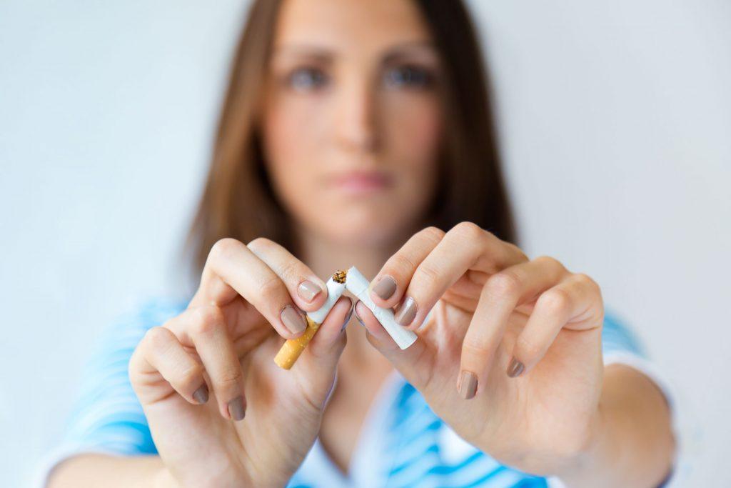 mujer-rompe-cigarro-no-fumar-tabaco